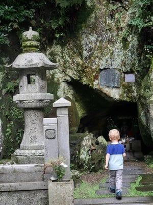Découverte d'un petit temple dans la roche - Kyoto.