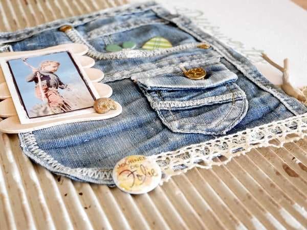 Page de scrapbooking avec du recyclage de jeans et de carton