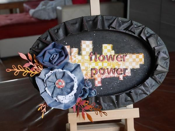 Canvas - tableau mixed media Flower power avec des fleurs en jeans