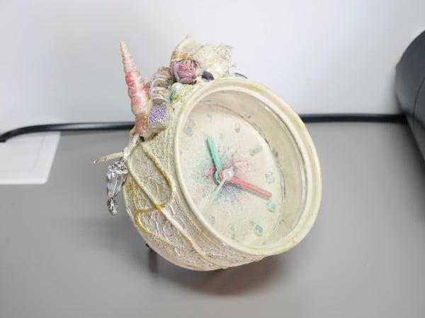 Réveil - horloge avec une décoration personnalisé à la peinture et au collage