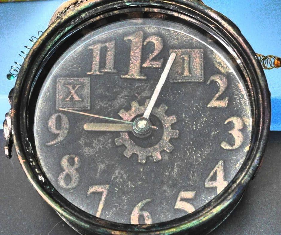 Horloge altéré, technique mixed media, altération d'objet déco