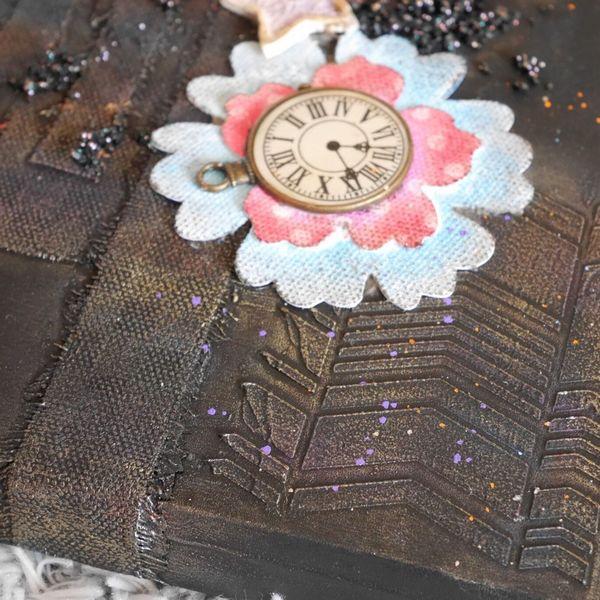 embellissement fleur et modeling paste sur une couverture d'art journal