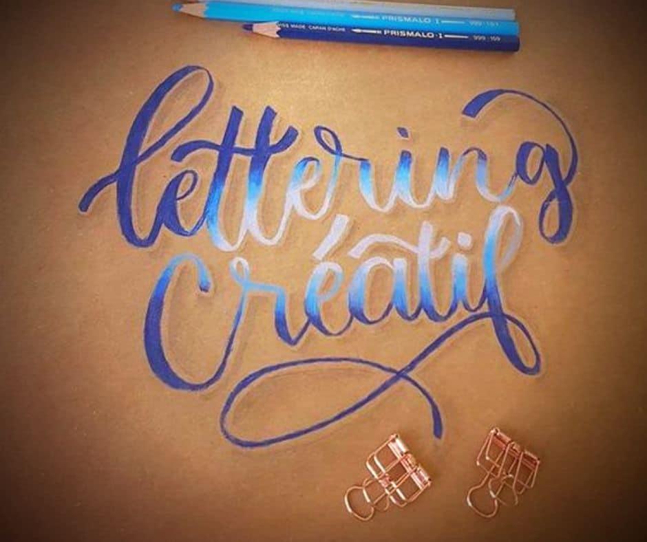 Lettering créatif en écriture au crayon de couleur bleu